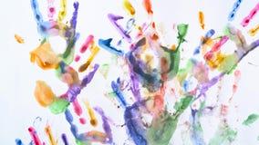 Kreatywnie pojęcie - mężczyzna i kobieta robimy drukom ich malować ręki na białym tle zbiory wideo