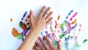 Kreatywnie pojęcie - mężczyzna i kobieta robimy drukom ich malować ręki na białym tle zbiory