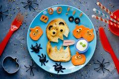 Kreatywnie pomysł dla Halloween żartuje śniadanie lub przekąskę - śmieszny Mons fotografia royalty free