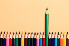 Kreatywnie pomysł, pojęcie przywódctwo lub statystyki, stopień wzrostu, lider wśród nieudaczników; barwiony ołówkowy tło Zdjęcie Royalty Free
