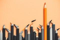 Kreatywnie pomysł, pojęcie przywódctwo, rywalizacja w biznesie, lider wśród ludzi z łamanym sednem, nieudaczniki; sukces w porówn Obraz Stock