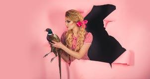 kreatywnie pomysł Ptasia grypa Śmieszna reklama Halloweenowi wakacje i lale rocznik kobieta z drobiowym mięsem Szalona dziewczyna obrazy stock