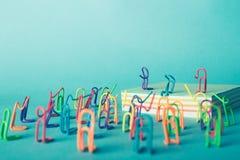 Kreatywnie pomysł, rozrywki pojęcie, grupa klamerki które zbierali przy koncertem muzykalna grupa Obraz Stock