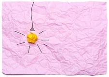 Kreatywnie pomysł z palić żarówkę na różowym zmiętym tle jest edukacja starego odizolowane pojęcia obraz stock