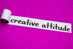 Kreatywnie postawa tekst, pojęcie na purpura drzejącym papierze, inspiracji, motywacji i biznesu, obrazy stock