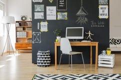 Kreatywnie pracująca przestrzeń z komputerem zdjęcie royalty free