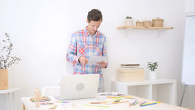 kreatywnie projektant pracuje sprawdzać dokument, pracuje w kreatywnie przestrzeni zdjęcia royalty free