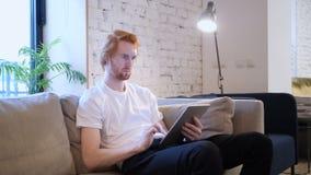 Kreatywnie projektant wyszukuje internet na pastylka komputerze osobistym, siedzi na leżance zbiory wideo
