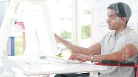 Kreatywnie przypadkowy biznesmen w wózku inwalidzkim zbiory wideo