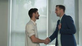 Kreatywnie przypadkowy biznesowy spotkanie dwa młodego człowieka zbiory
