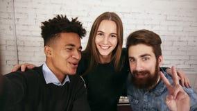 Kreatywnie różnorodna biznes drużyna w nowożytnej biurowej pozie dla selfie z telefonem Portret uśmiechnięta przypadkowa biznes d zbiory