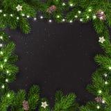 Kreatywnie rama robić Bożenarodzeniowa jodła rozgałęzia się na ciemnym tle z światłami, sosna rożki xmas karciany nowy rok royalty ilustracja