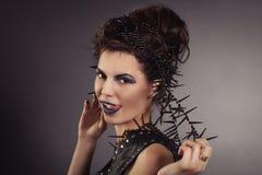 Kreatywnie seksowna dziewczyna w kamizelki czarnych spojrzeniach Zdjęcia Royalty Free