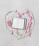 Kreatywnie serce w flatlay stylu robić od kwiatów, prezenta, pustego notatnika i dekoracj, na stole od above dla walentynka dnia Obrazy Royalty Free
