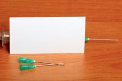 Kreatywnie set Medyczna strzykawka na Drewnianym tle Obrazy Royalty Free