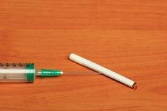 Kreatywnie set Medyczna strzykawka na Drewnianym tle Obraz Stock