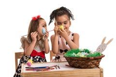 Kreatywnie siostry maluje Wielkanocnych jajka Fotografia Stock