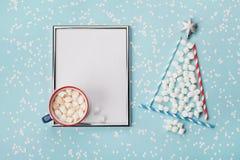 Kreatywnie skład z gorącym kakao, czekolada, srebro ramowy lub jedlinowy drzewo robić marshmallow na zimy biurku, Bożenarodzeniow zdjęcie stock