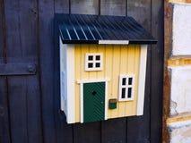 Kreatywnie skrzynka pocztowa kształtująca jak dom Fotografia Stock