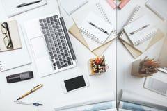 Kreatywnie stół z telefonem komórkowym i dostawami Zdjęcia Stock
