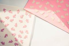Kreatywnie Szczęśliwa wielkanoc - króliki, króliki, kurczaki na papierowym kolorowym nowożytnym geometrycznym tle, mieszkanie nie obrazy royalty free