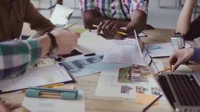 Kreatywnie szczęśliwy biznes drużyny spotkanie w nowożytnym biurze Mieszana biegowa grupa młodzi ludzie wybiera materiał i kolor zdjęcie wideo