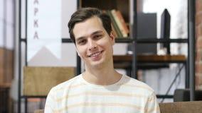 Kreatywnie Szczęśliwy mężczyzna w biurze, dyskutuje projekt obraz stock