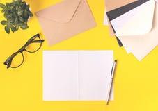Kreatywnie workspace biurko na jaskrawym żółtym tle obrazy stock