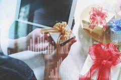 Kreatywnie wybiera prezent z cyfrowej pastylki komputerową kurtyzacją smar Fotografia Stock