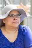 Krebs-Patient trägt Hut für Sonnenschutz Lizenzfreie Stockbilder