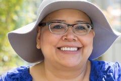 Krebs-Patient trägt Hut für Sonnenschutz lizenzfreie stockfotografie