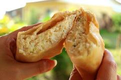 Krebsfleisch füllte Empanada oder Schnitt Empanada de Jaiba zur Hälfte halten in den Händen, köstlicher chilenischer Blätterteig stockfoto