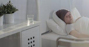 Krebskind, das im Krankenhaus bleibt Stockfotografie
