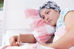 Krebsmädchen, das im Krankenhaus liegt Stockfoto