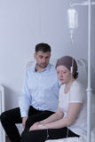 Krebsmädchen während der Chemotherapiebehandlung Stockbild