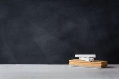 Kreda i gumka wsiadamy na białym biurku Blackboard tło zdjęcia royalty free