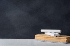 Kreda i gumka wsiadamy na białym biurku Blackboard tło fotografia royalty free