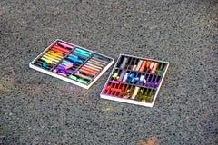 kreda kolorowego Barwiona kreda na boisku z rysunkami na ulicie Zdjęcia Stock