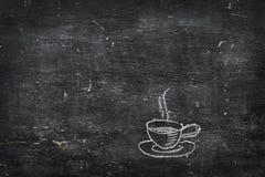 Kreda na czerni desce: filiżanka herbata kawa fotografia royalty free