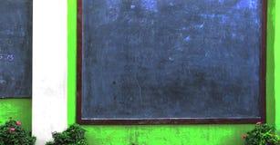 Kreda nacierająca out na blackboard zdjęcie royalty free