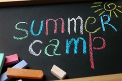 Kreda wtyka na małym blackboard z teksta rysunkiem i obozem letnim zdjęcia royalty free