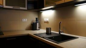 Kredens w Nowożytnej kuchni zdjęcie wideo