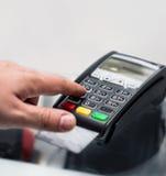 Krediet of debet de betaling van het kaartwachtwoord De klantenhand gaat binnen Royalty-vrije Stock Foto