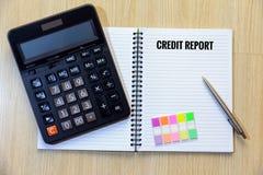 Kredietrapport over blocnote met calculator, kleurrijke referentie en Royalty-vrije Stock Fotografie