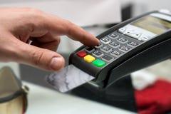 Kredit oder Debitkartepasswortzahlung Kundenhand kommt herein stockbilder