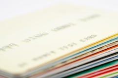 Krediterings-/debiteringkortbunt grön växande tillväxt för billdollargräs hundra pengar en Kopieringstext royaltyfri fotografi