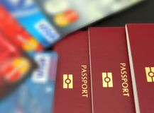Krediterings- och debiteringkort med pass för semestrar Internationella pass för lopp- och plast-kort med pengar Semestertra royaltyfri foto