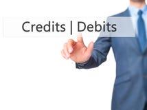 Krediteringsdebiteringar - knapp för trycka på för affärsmanhand på handlagscre Royaltyfria Bilder