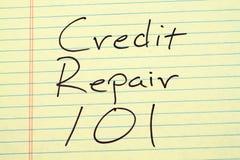 Krediteringsreparation 101 på ett gult lagligt block Royaltyfri Fotografi