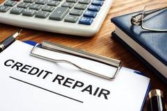 Krediteringsreparationsform i en skrivplatta Dålig krediteringsställning arkivbild